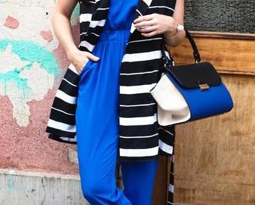 Blauer Jumpsuit von asos, adidas Stan Smith Sneakers und gestreifte Weste