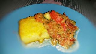 gebratene Polentaschnittchen mit Gemüsesauce