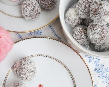 Süßer Kaffeetisch mit Chokladbollar! Schokoladen-Kokos-Bällchen