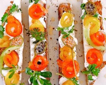 Tartines mit hausgemachtem Ziegenfrischkäse, gerösteter Paprika, Kapern und Kräutern