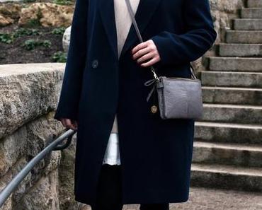 Outfit mit dunkelblauen Mantel, Rollkragen Pullover und Skinny Jeans