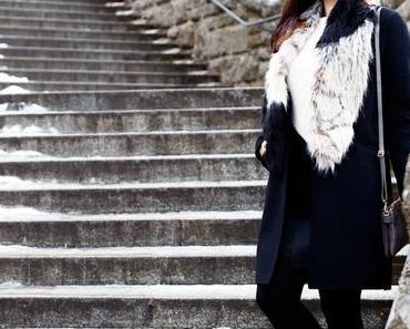 Outfit: schwarzer Zara Mantel, asos Slipper und Kookai Rock