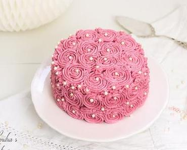 Schokoladenbiskuit mit Erdbeerfüllung, edel verpackt als Rosentorte