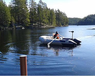 Ein Schlauchboot in Schweden als Eisbrecher
