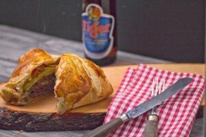 Cheeseburger im Blätterteig mit Avocado und Tomatensalsa