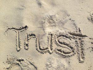 Kinder vertrauen hübschen Menschen