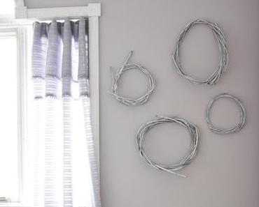 DIY Wanddeko: Weiße Weidenkränze