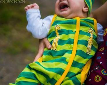 Baby in grün mit Giraffen und was ist der Unterschied zwischen Roomper, Jumpsuit und co?