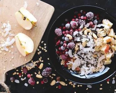 Breakfast Bowl mit Beeren, Apfel, Chia, Kokos und Haferflocken
