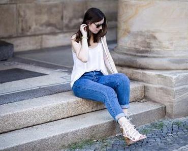 Mom Jeans mit weißen High Heels