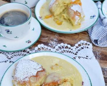 Buchteln mit Ingwer-Marillen und Vanille-Kardamom-Sauce