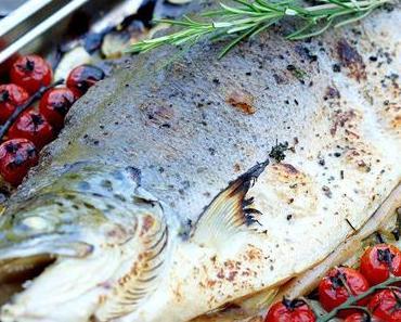 Ganzer Lachs auf mediterranem Gemüse