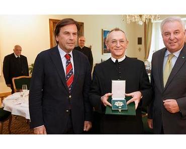 Großes Ehrenzeichen an Bischofsvikar Pater Schauer