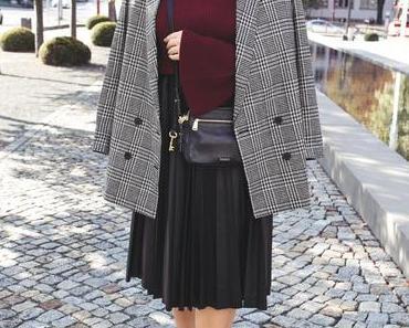 Outfit mit kariertem Blazer, Midirock und Rollkragenpullover