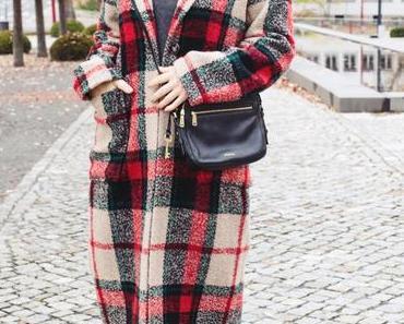 Winter-Outfit mit kariertem Mantel, Rollkragenpullover und Zign Ankle Boots