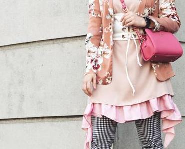 Frühlings Outfit mit Vichy Karos Hose, Blumenblazer und Korsett