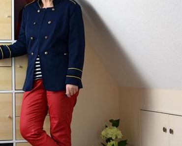Blaue Chucks und rote Hose – zwei Outfits