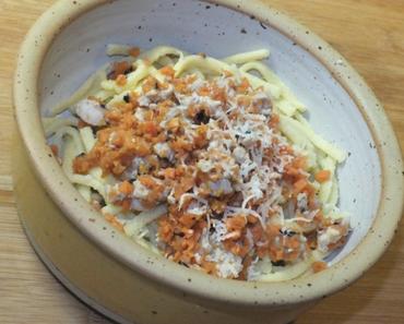 Hühnchen-Bolognese auf Spätzle mit Parmesan-Topping