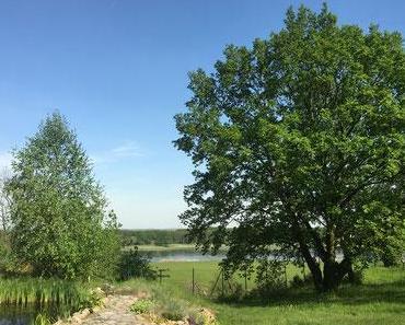 Weite Wiesen, der Fluss und auch Berge (Oderberge Lebus)