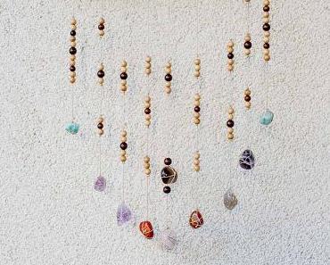 DIY Wanddeko mit Steinen und Holzperlen
