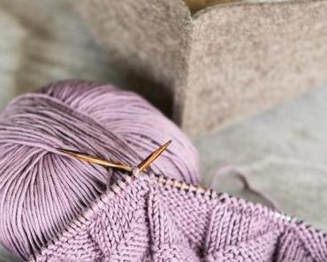 Handgemacht: Eine Babydecke aus malvenfarbener Baumwolle stricken