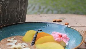 Ayurvedisches Frühstück: Amarantbrei Mandeln gedünsteten Vanille-Birnen