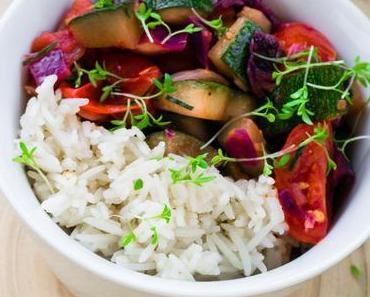 Sommerliche Gemüsepfanne mit Reis