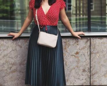 Sommer Outfit mit Wickelkleid, Plisseerock und roten Sandalen