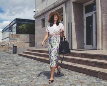 Outfit Idee: So style ich das Midikleid mit Blumen Print