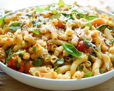 Nudel-Pesto-Salat mit getrockneten Tomaten