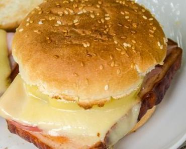 Oktoberfest trifft Hawaii: Fleischkäse Hawaii oder Leberkäs-Burger Hawaii