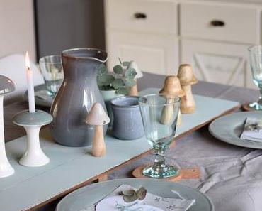 Herbstliche Tischdekoration mit Pilzen