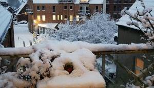 Foto: Verschneiter Balkon Abend