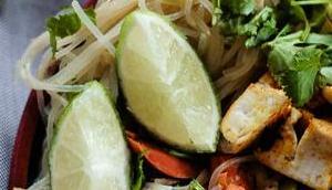 Vegane Asia-Pfanne knackigem Gemüse