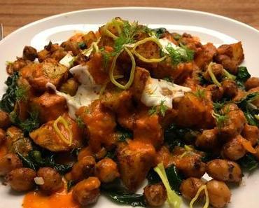 Patatas bravas auf Spinat mit BBQ-Kichererbsen und fruchtiger Salsa