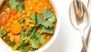einfache vegane rote Linsen-Tomaten-Suppe Spinat frischen Kräutern easy vegan tomato lentil soup with spinach fresh herbs