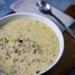 Lauchcremesuppe oder Käse-Lauch-Suppe mit Hackfleisch