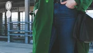 Übergangsoutfit grünem Trenchcoat, Adidas Gazelle Sneakers Matt Wapi