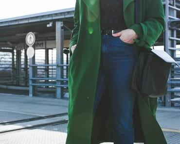 Übergangsoutfit mit grünem Trenchcoat, Adidas Gazelle Sneakers und Matt & Nat Wapi Bag