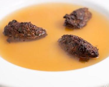 Klare Tomatensuppe mit Krebsfleisch-Pumpernickel-Nocken