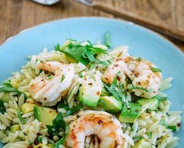 Orzo-Salat mit Avocado und Garnelen