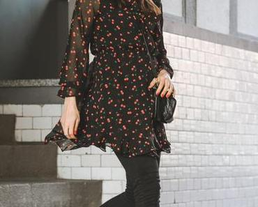 Frühlingsoutfit mit geblümtem Kleid, Flattered Loafers und Topshop Jamie Jeans