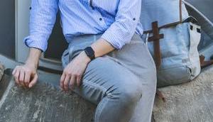 Frühlingsoutfit gestreiftem Blusenkleid, dunkelblauen Tchibo Parka weißen Converse Sneakers