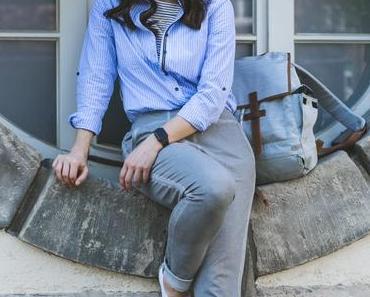 Frühlingsoutfit mit gestreiftem Blusenkleid, dunkelblauen Tchibo Parka und weißen Converse Sneakers