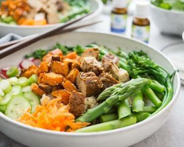 Vegane Poke Bowl mit Sesam-Mandel-Räuchertofu