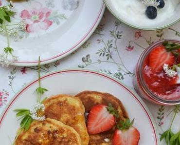 HAPPY SWEET MORNING! Süßes Mädlsfrühstück – Cottage Cheese Pancakes mit Erdbeer-Waldmeister-Marmelade und Joghurt