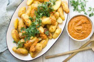 Ofen-Bratkartoffeln und spanische Romesco Sauce