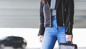 Outfit Regentage Lederjacke, Mom-Jeans schwarzem Rucksack