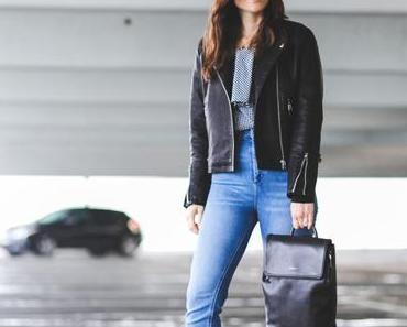 Outfit für Regentage mit Lederjacke, Mom-Jeans und schwarzem Rucksack