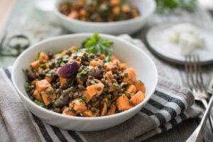 Gerösteter Süßkartoffel-Salat mit Linsen und Mohn-Dressing